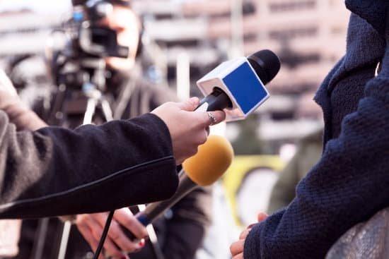 Jornalista entrevistando outra pessoa
