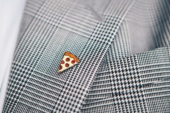 Pin de pizza na roupa