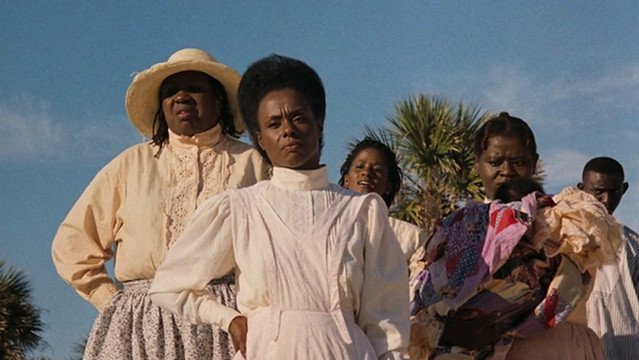 Mulheres negras usando roupas claras.