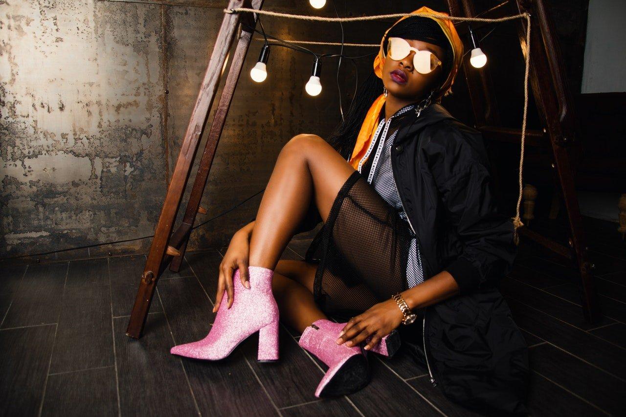 Mulher usando botas cor de rosa