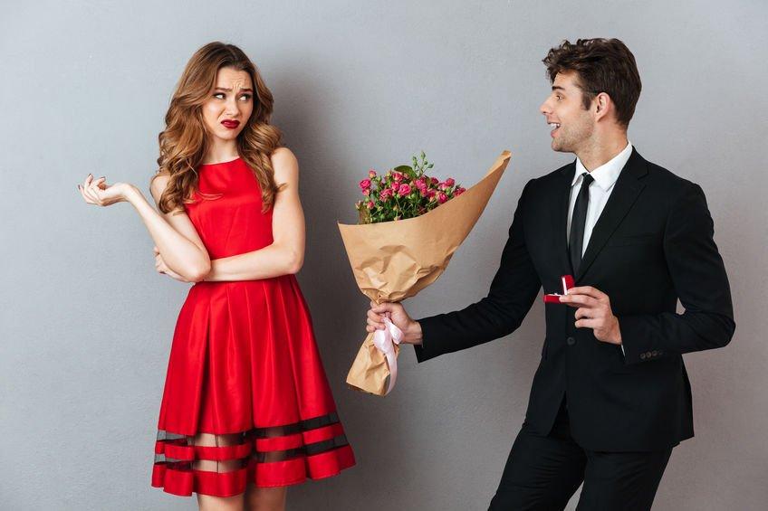 Mulher recusa buquê de flores entregue por homem