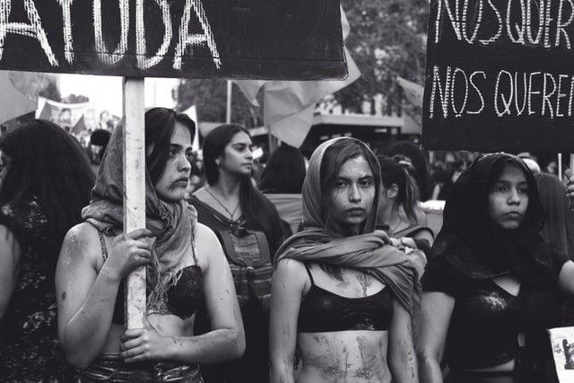 Protesto feminino nas ruas em prol dos direitos das mulheres