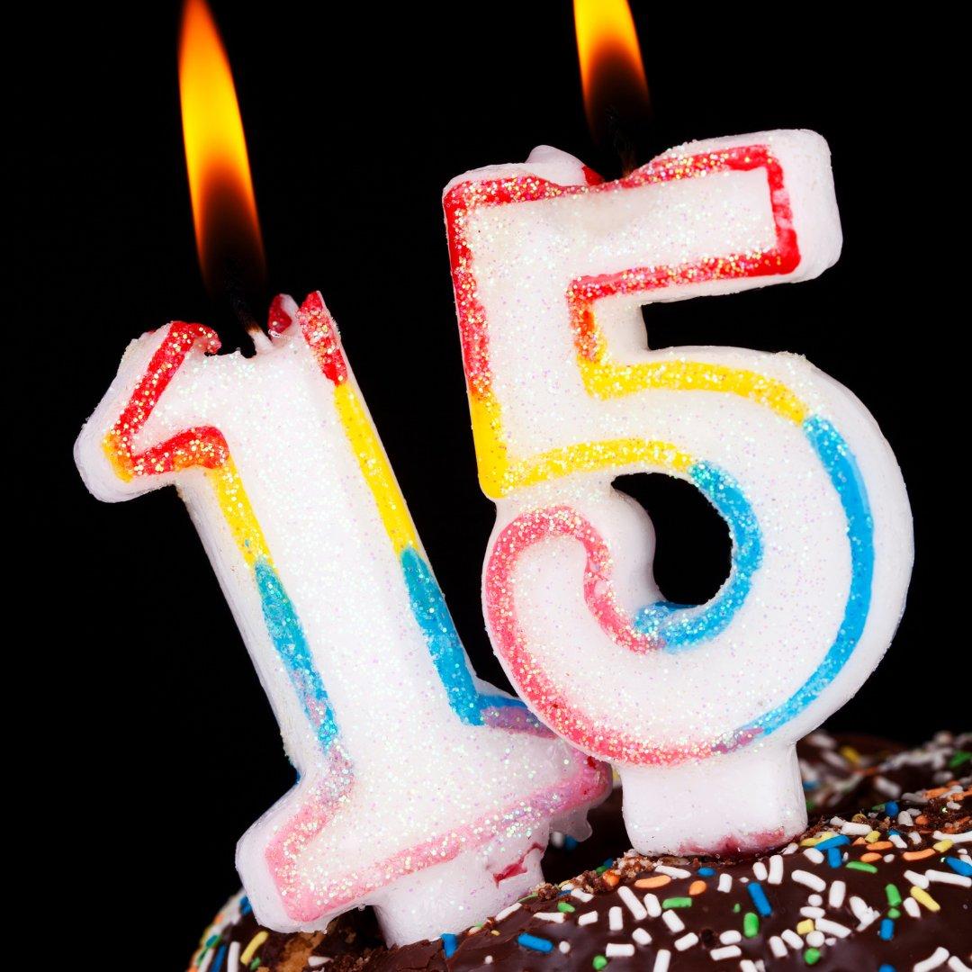 Vela de 15 anos para aniversário em cima do bolo
