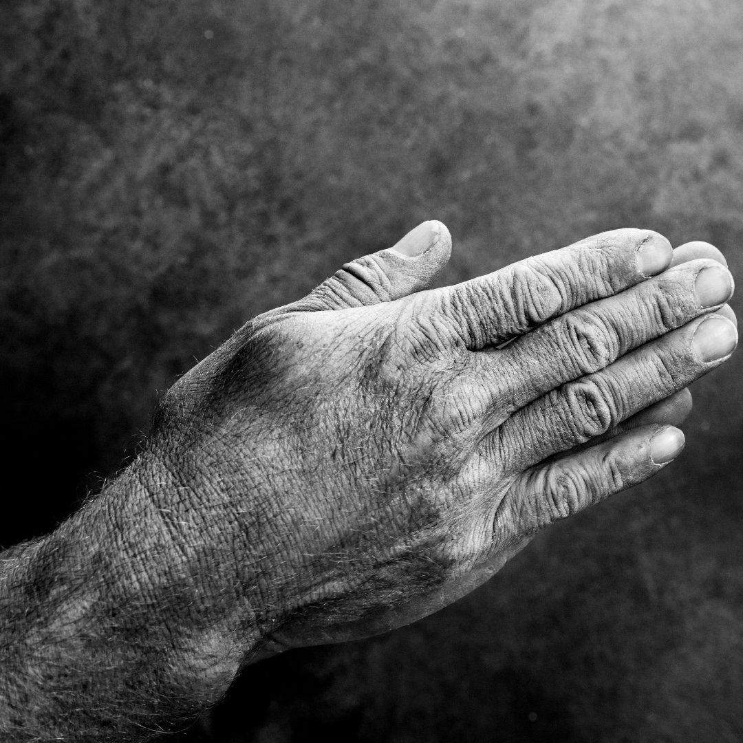 Imagem de mãos juntas, em sinal de oração