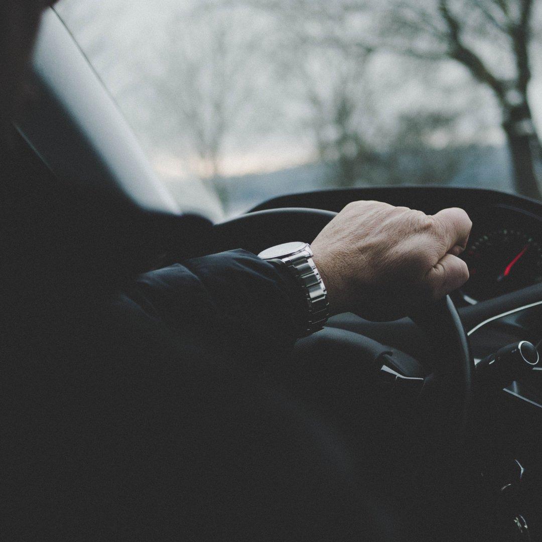 Imagem de uma pessoa no volante