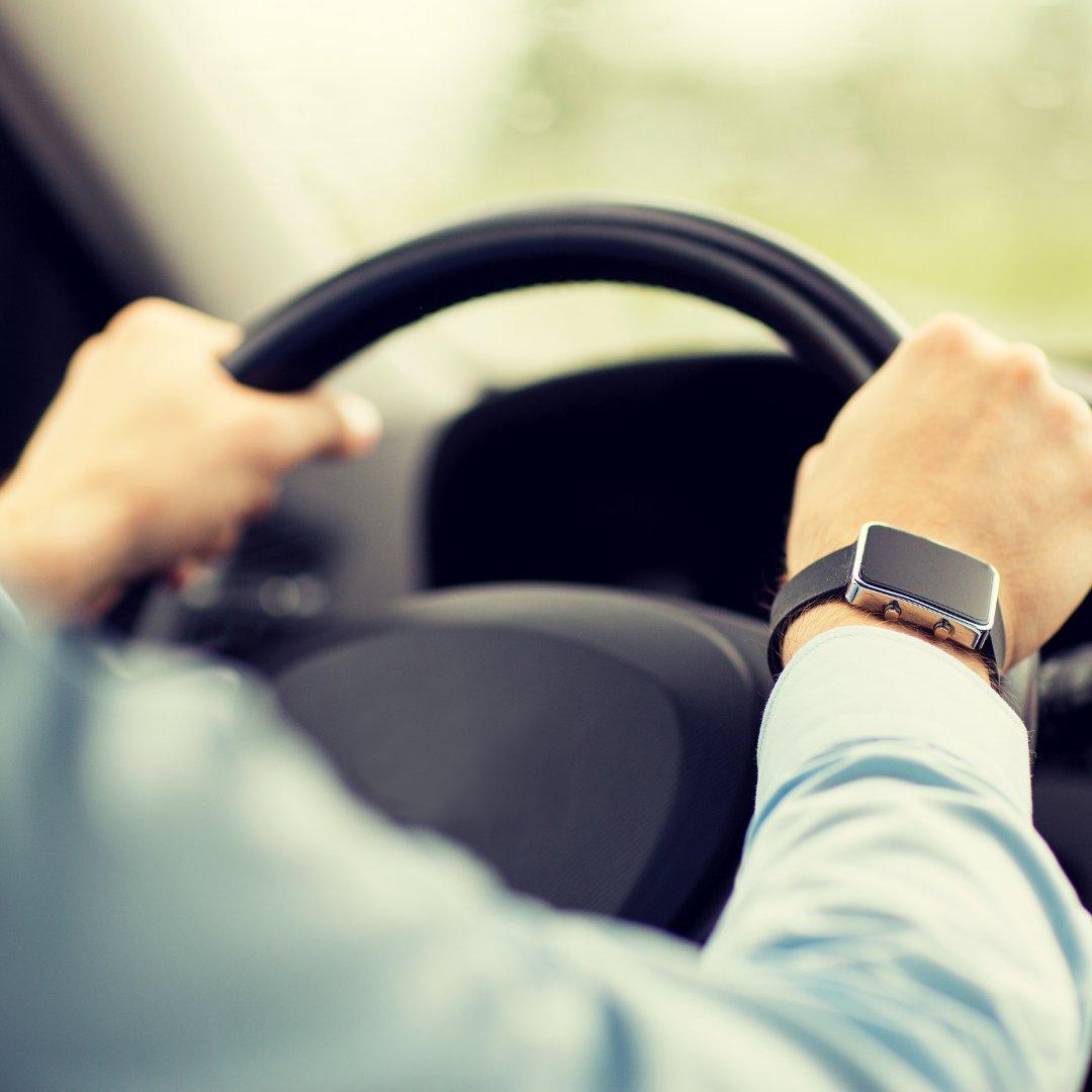 Imagem de um homem dirigindo