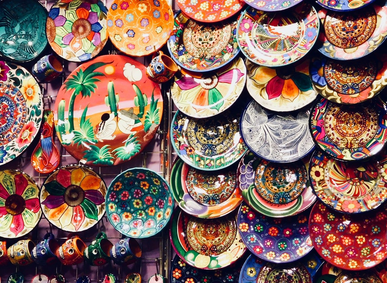 Pratos pintados à mão em exposição.