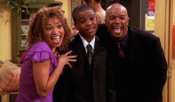 Michael e Janet abraçando o filho mais velho Junior, em cena da série Eu, a Patroa e as Crianças