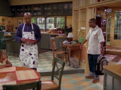 Personagem Michael e seu filho Junior discutindo na cozinha durante cena da série Eu, a Patroa e as Crianças.