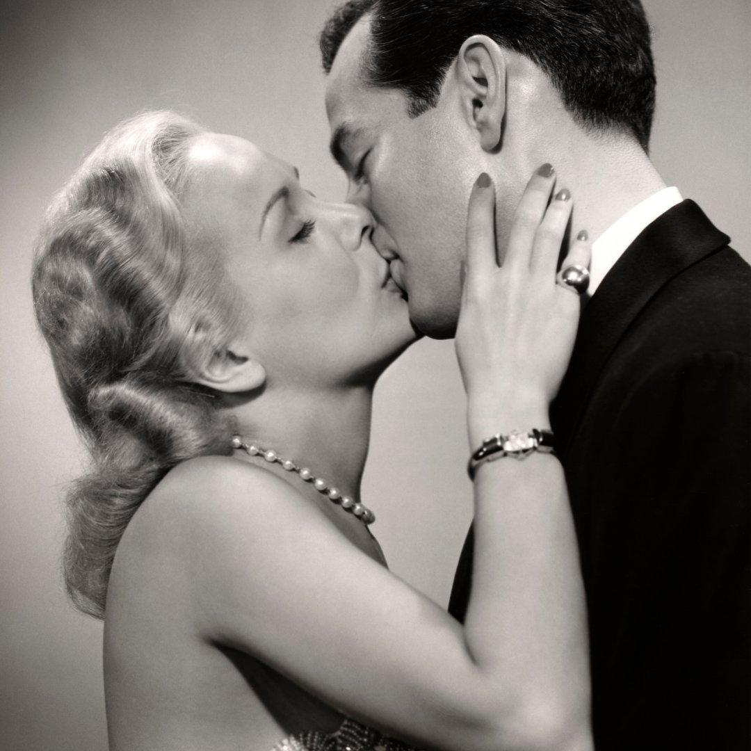 Homem e mulher se beijando em foto preto e branco
