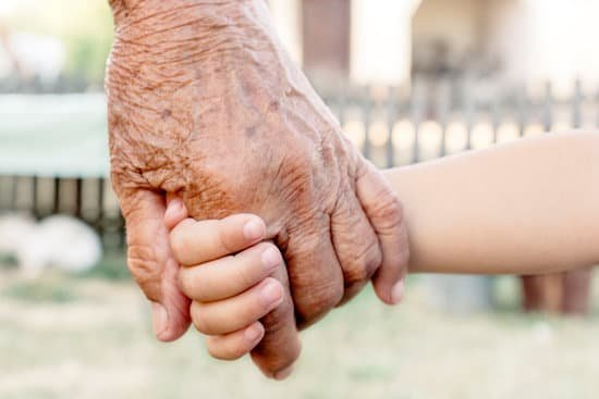 Avó  segurando mão de criança