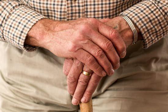 Senhor segurando suas mãos