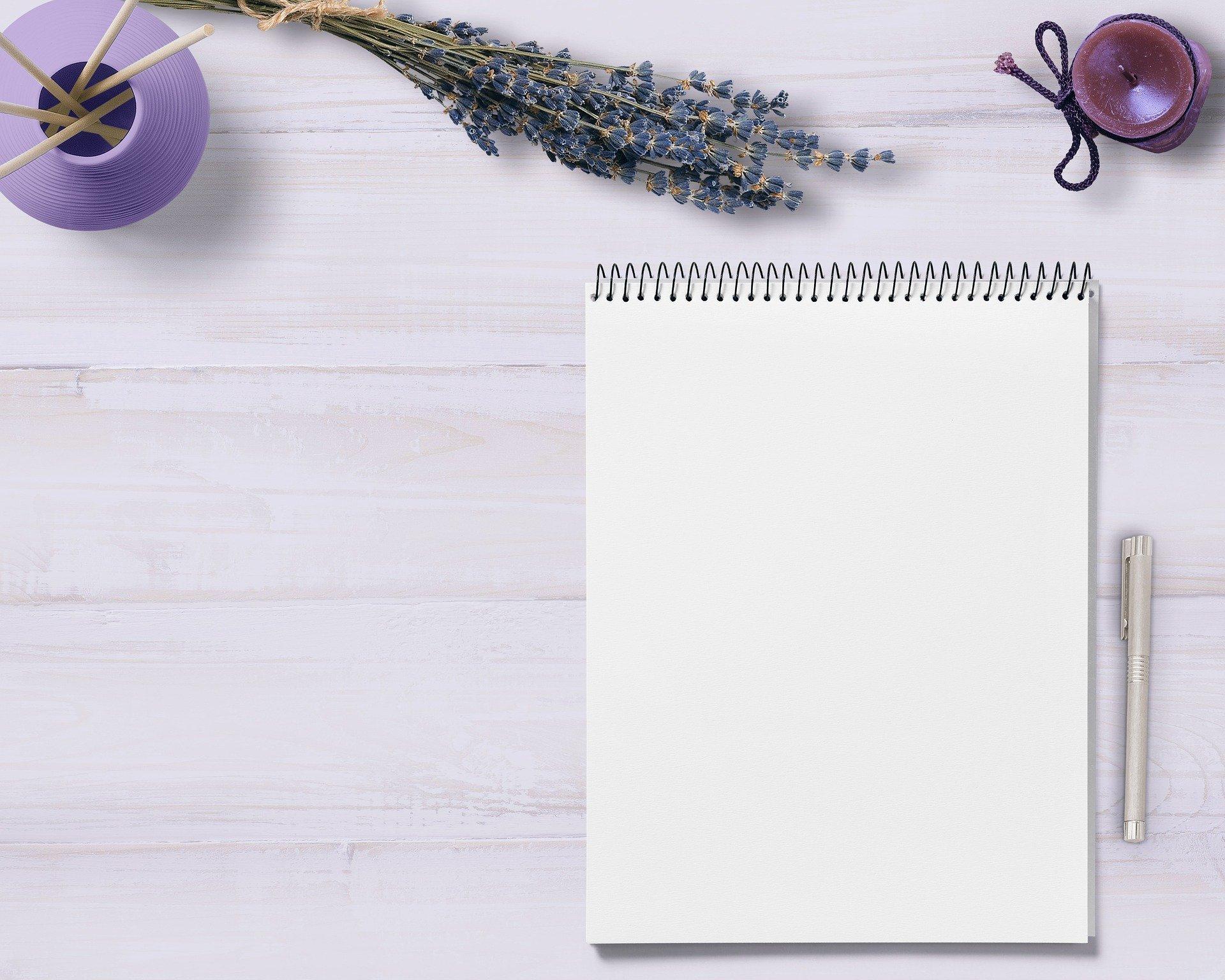 Mesa com caderno, lápis, lavanda
