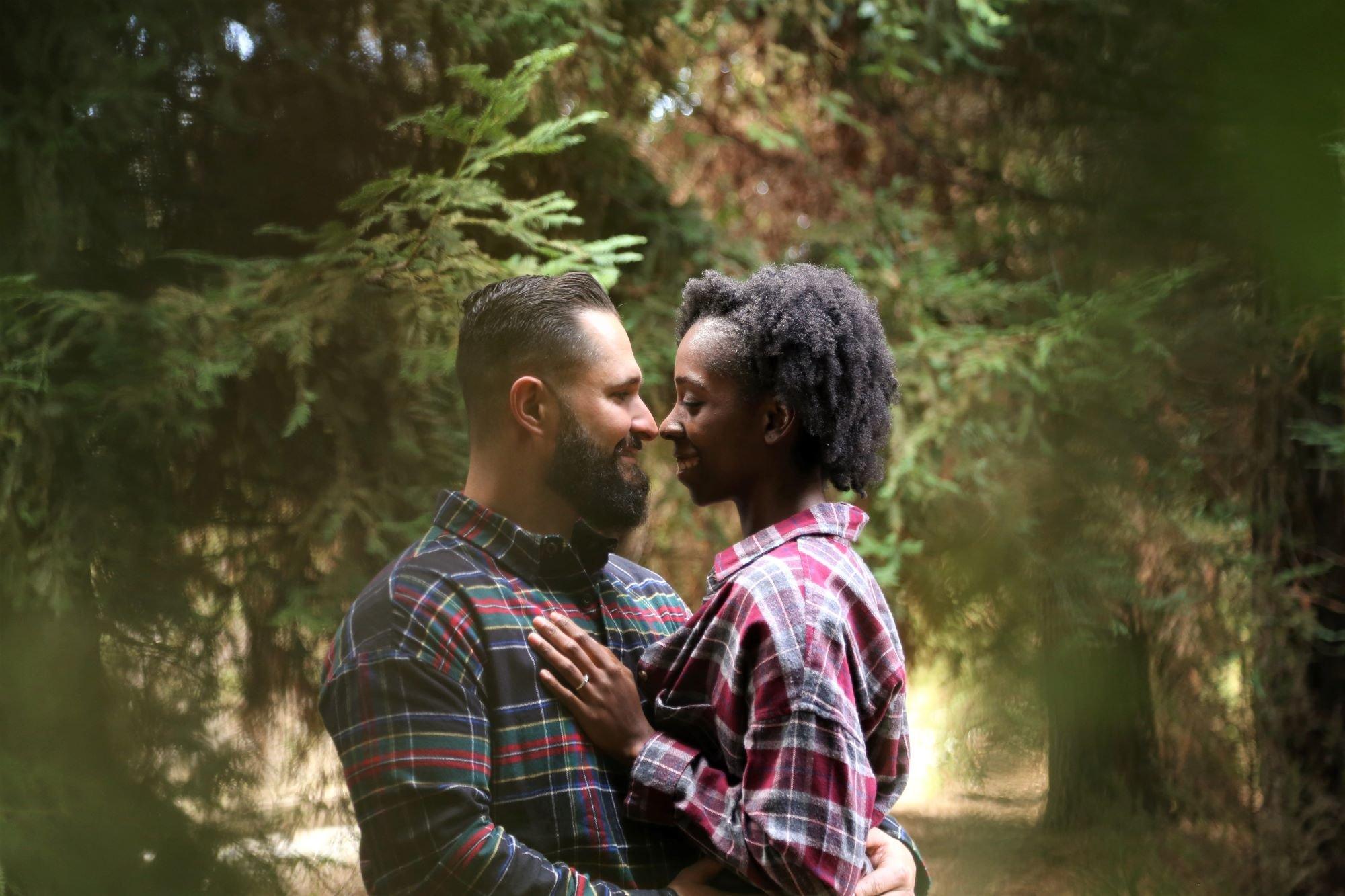 Casal em floresta abraçado