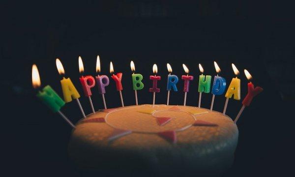 Bolo de aniversário escrito parabéns em inglês