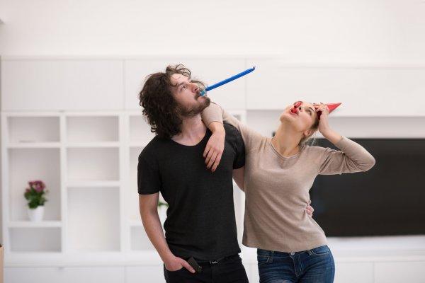 Homem e mulher com adereços de festa.