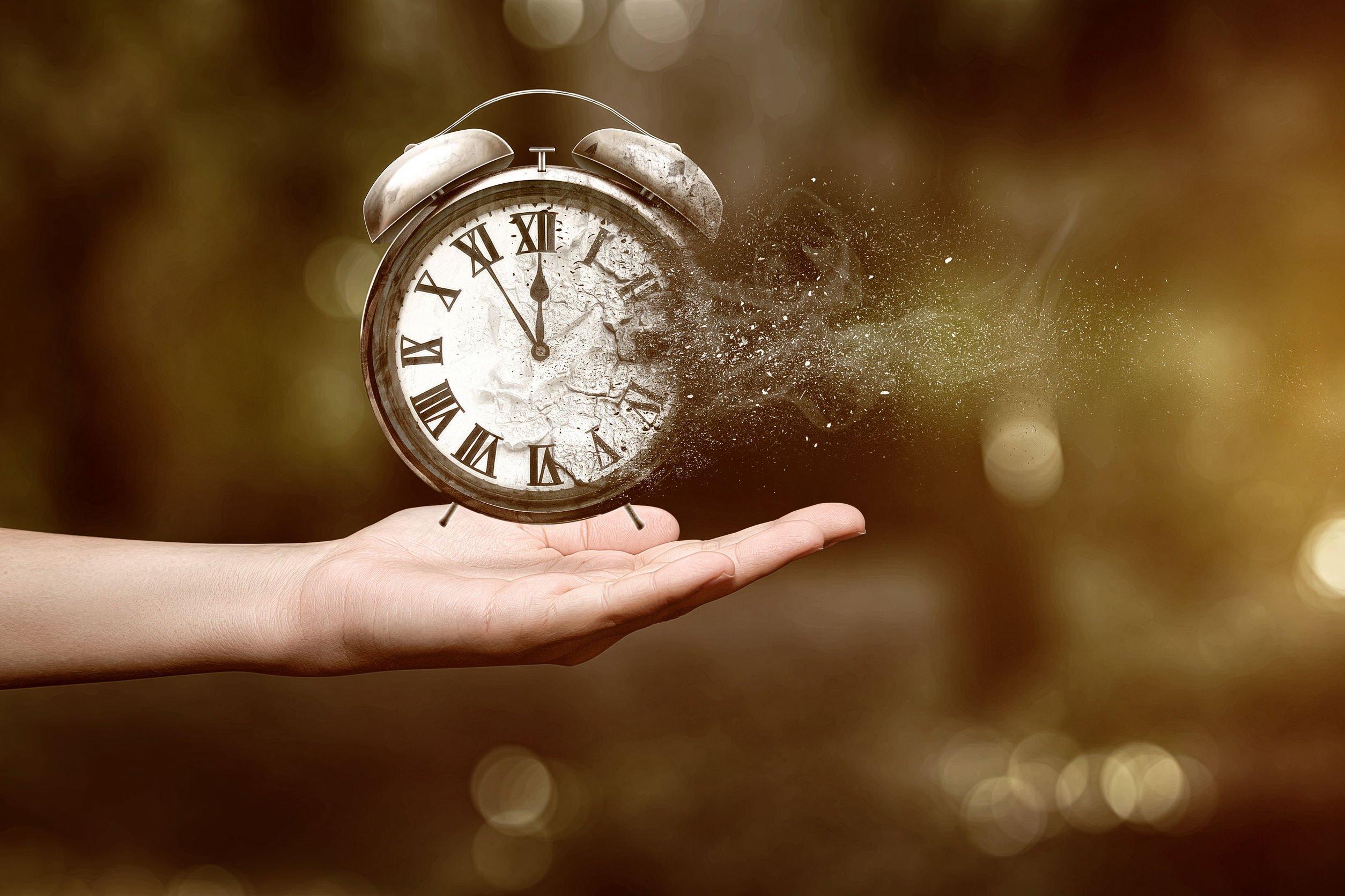 Foto de mão segurando relógio