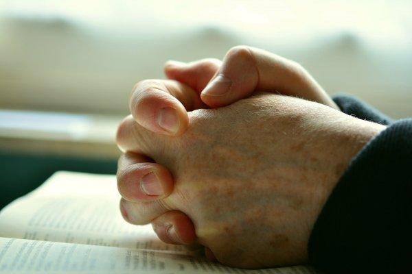 Foto de pessoa orando