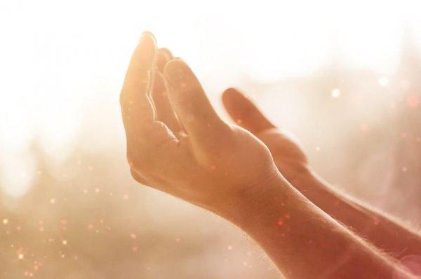 Mãos estendidas em oração.