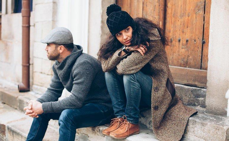 Mulher olhando para lado oposto de seu companheiro