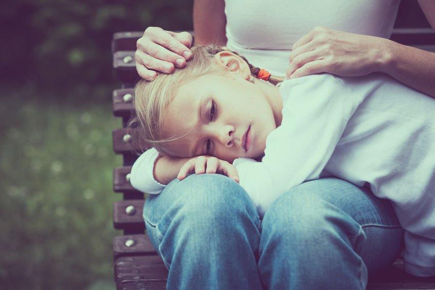 Menina triste deitada no colo de mãe -  Para Um Dia Triste
