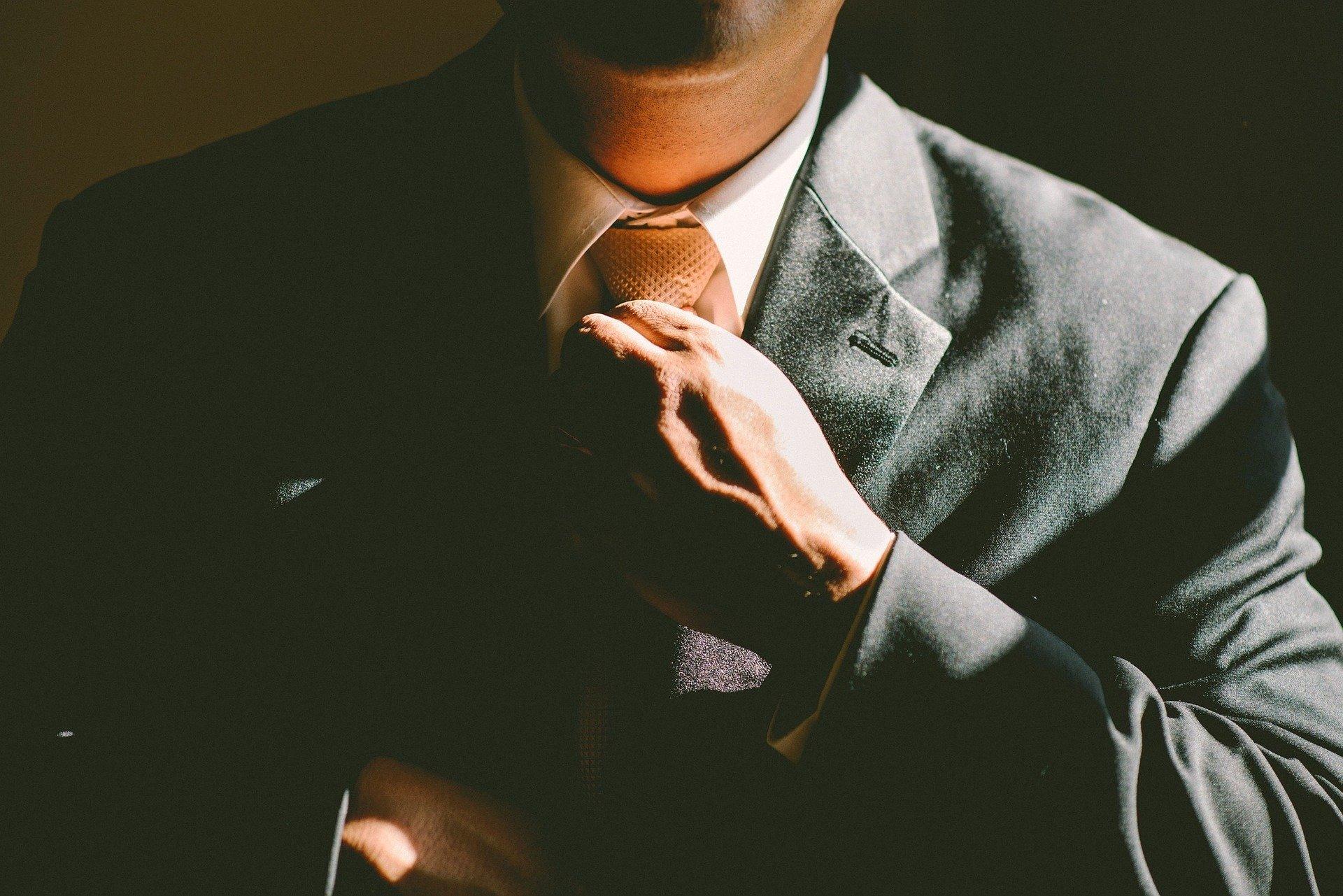 Foto de homem arrumando a gravata