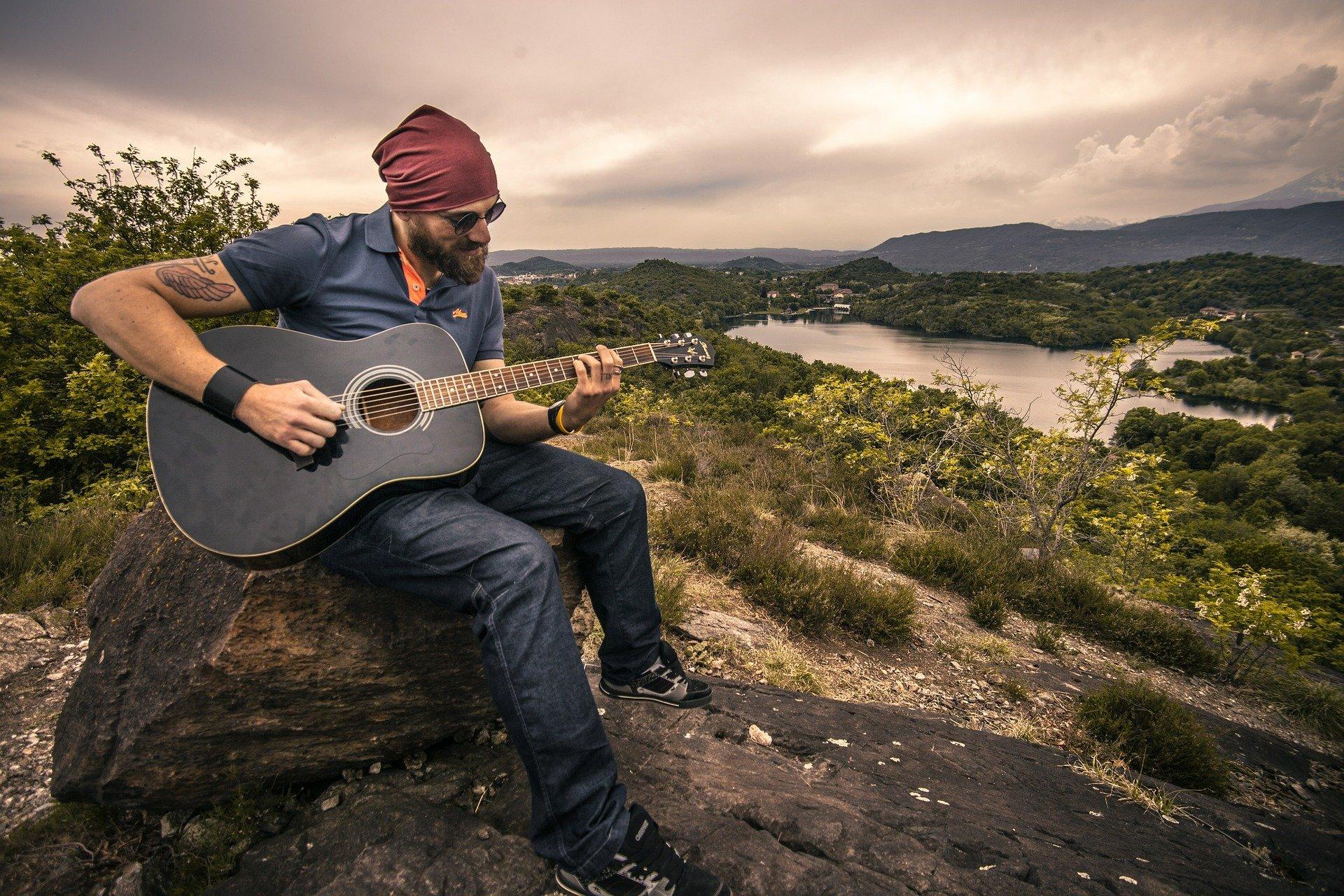 Foto de homem tocando violão