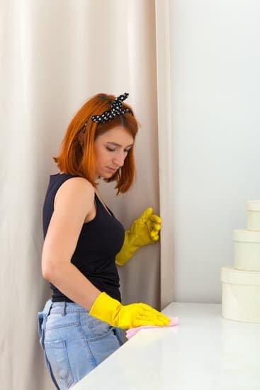 Mulher limpando uma superfície