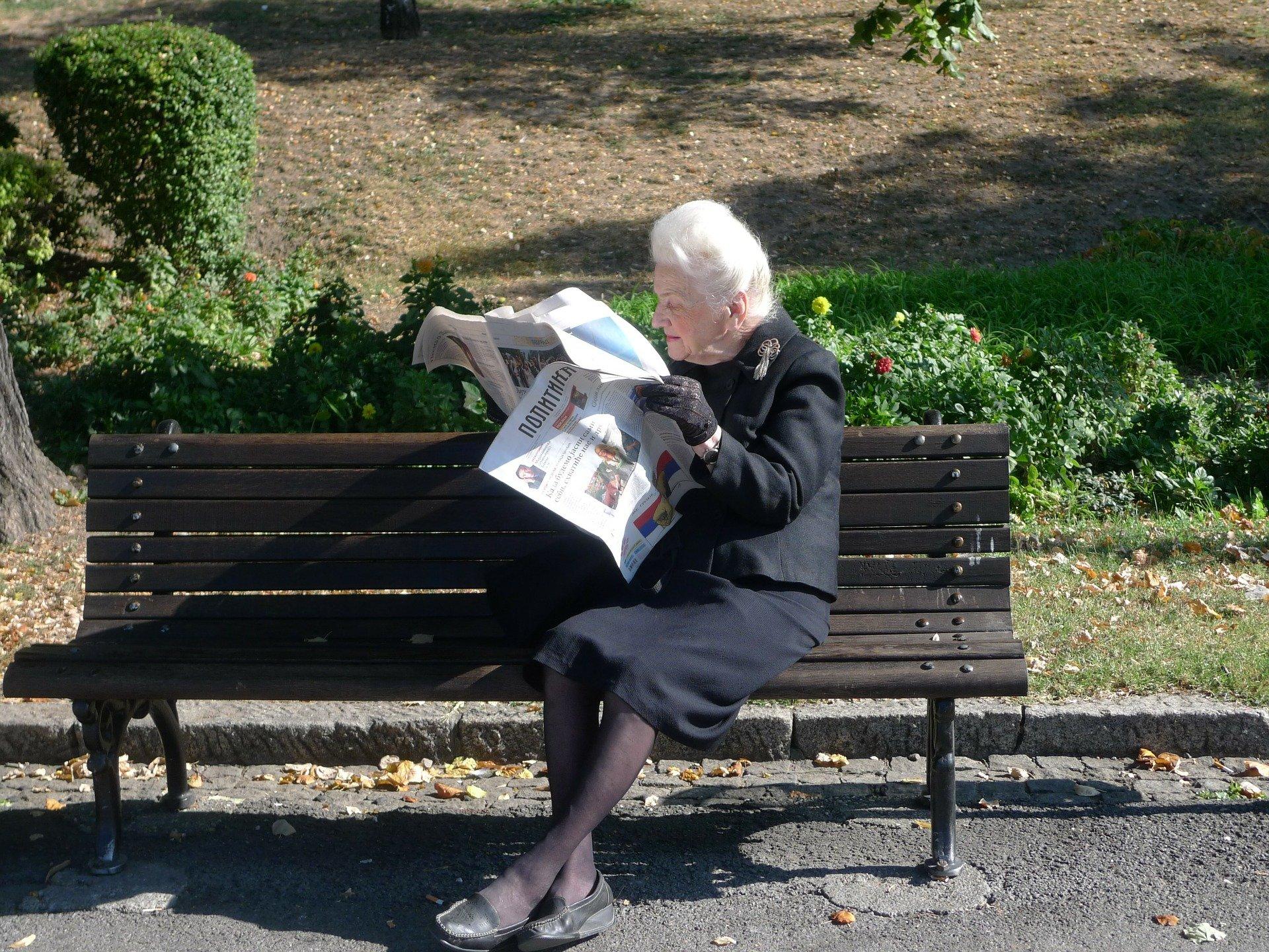 Foto de idosa lendo jornal