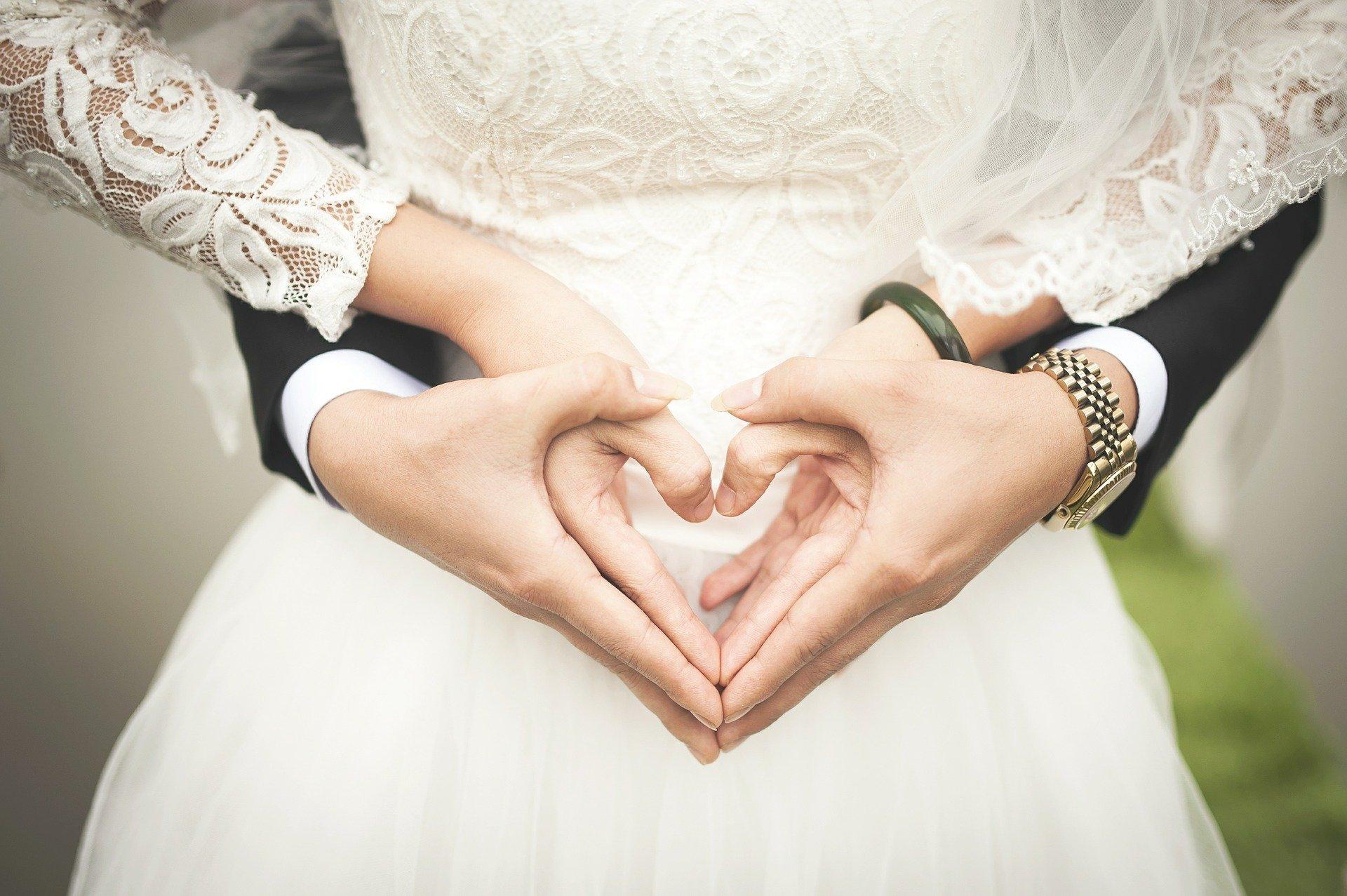 Foto de noivos de mãos dadas