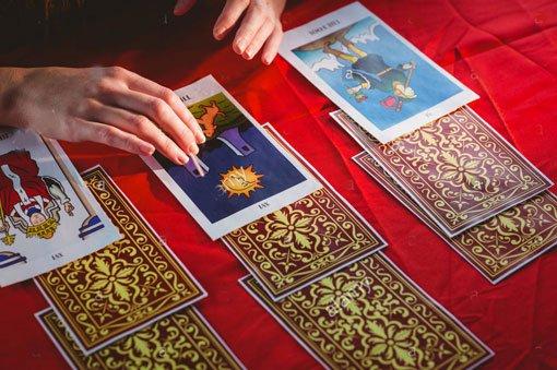 Cartas de tarot sobre a mesa