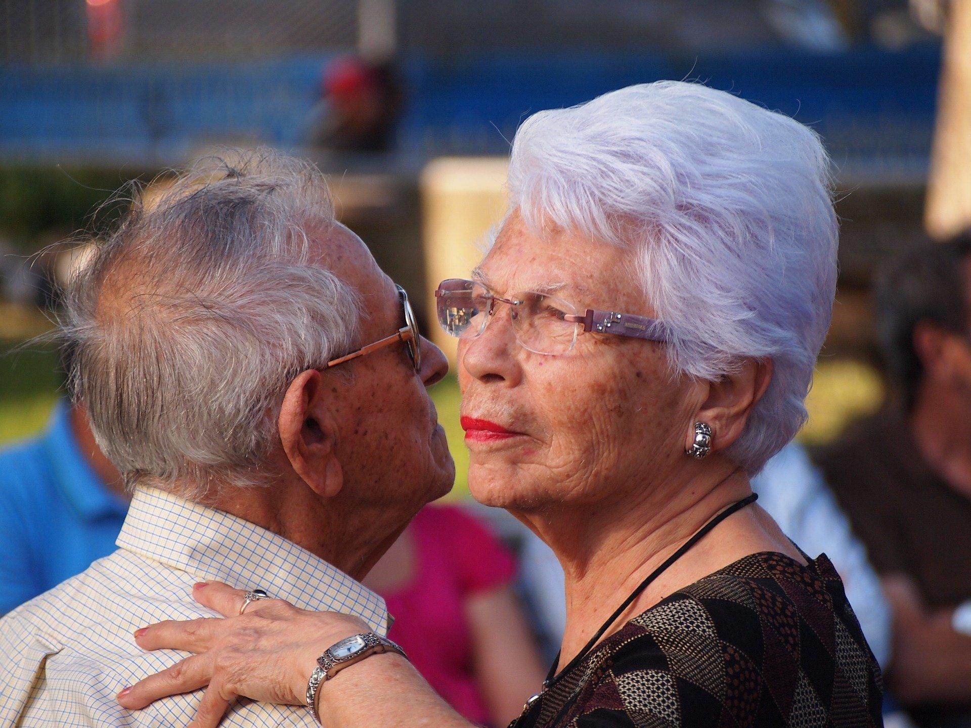 Casal de idosos se abraçando