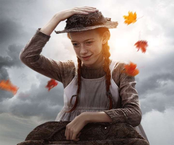 Personagem principal com a mão na cabeça segurando o chapéu