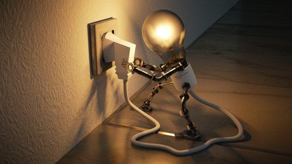Ilustração gráfica de boneco de lâmpada conectando seu próprio fio de energia na tomada, representando criatividade