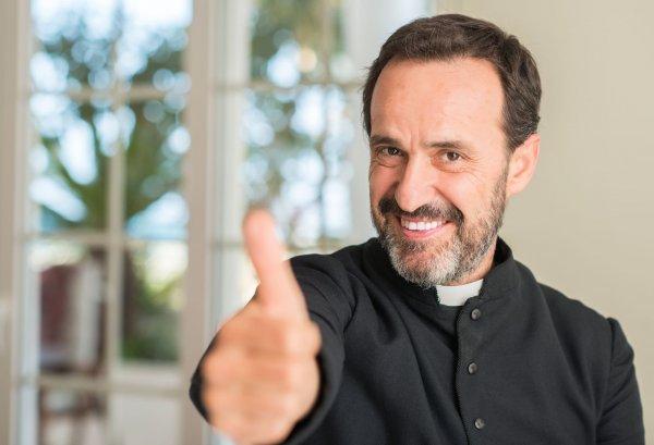 Padre fazendo sinal de joia