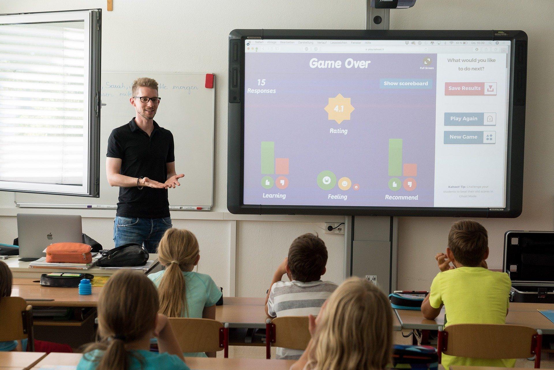 Professor dando aula para crianças