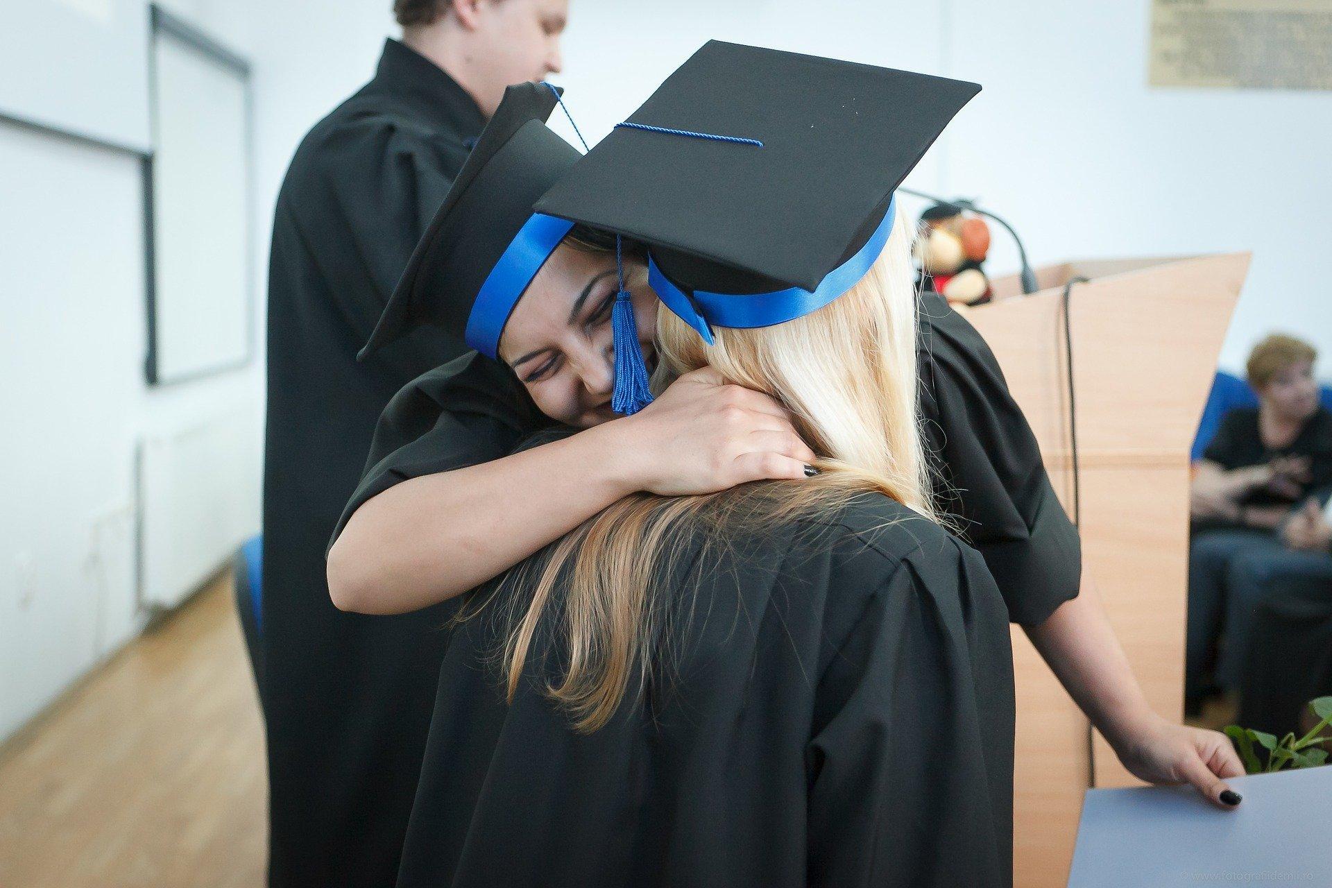 Mulheres se abraçando em formatura
