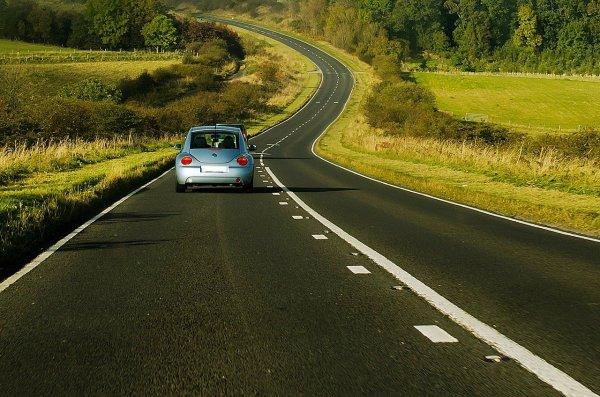 Carro em estrada na Inglaterra
