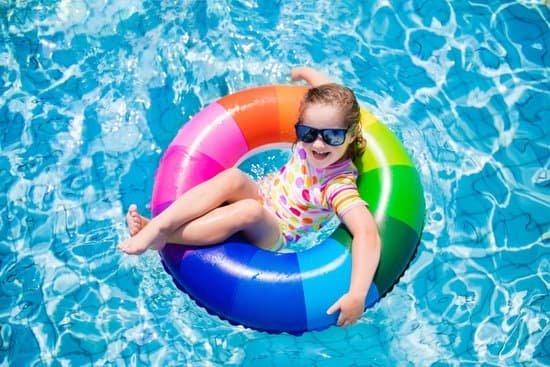Criança na piscina deitada na boia