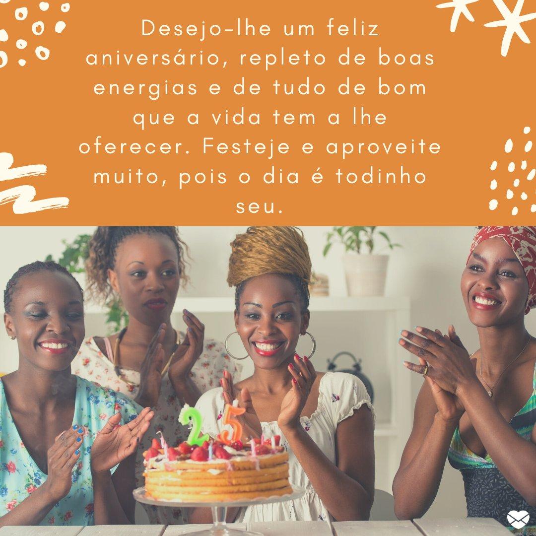 'Desejo-lhe um feliz aniversário, repleto de boas energias e de tudo de bom que a vida tem a lhe oferecer. Festeje e aproveite muito, pois o dia é todinho seu.' - Mensagens de aniversário para pessoa viajante.
