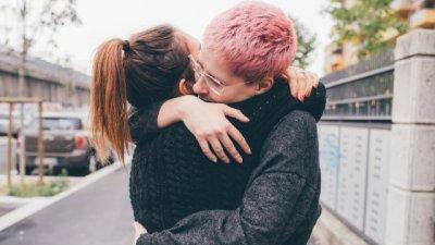 Casal se beijando em frente à Torre Eiffel