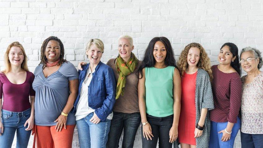 Diversidade de mulheres unidas e felizes umas dos lados das outras