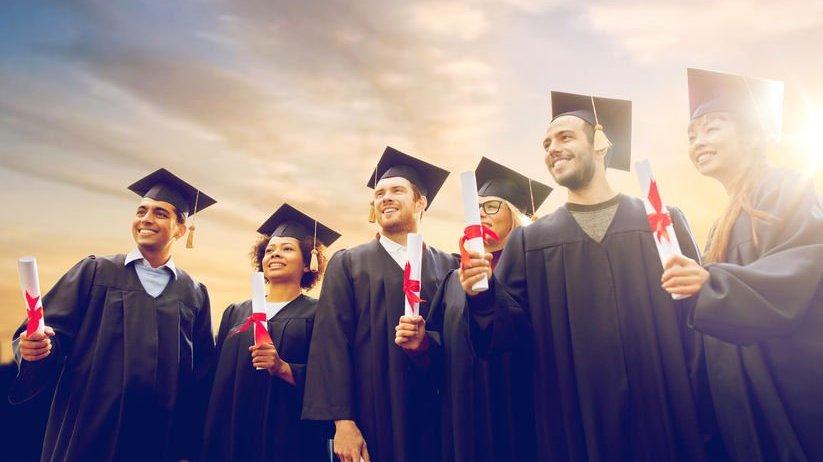 Grupo de formandos com diploma na mão