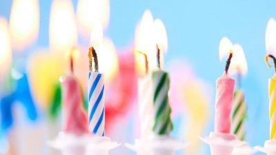Velas de aniversário acesas