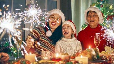 Família jantando em casa celebrando o natal.