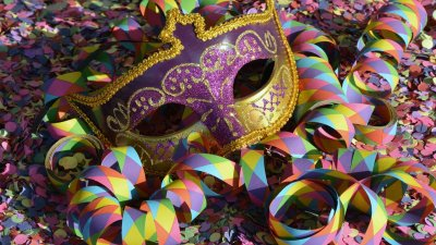 Máscara de carnaval com confetes ao redor