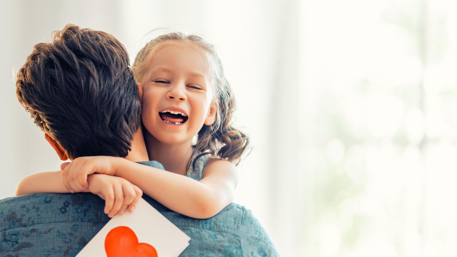 Pai lendo livro com sua filha pequena.