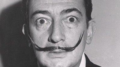 Homem olhando para frente sério com bigode para cima