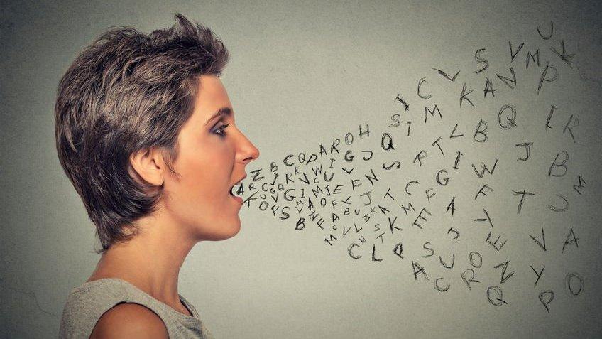 Mulher com a boca aberta e várias letras saindo da boca