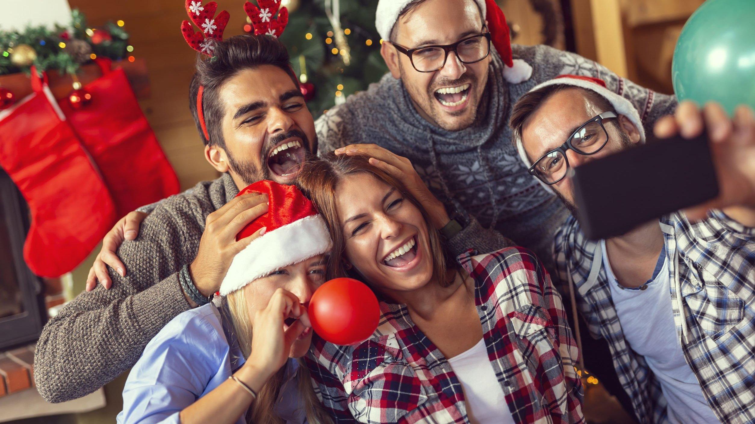 Amigos reunidos em comemoração do Natal.